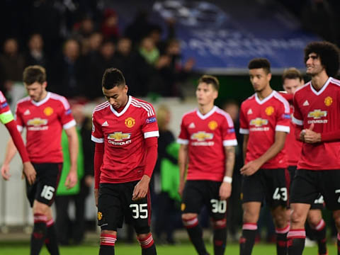 Manchester United's players look dejecte
