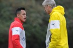 Arsenal's manager Arsène Wenger talks to Alexis Sánchez